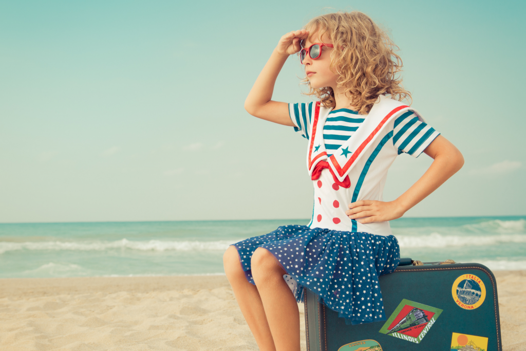 Jeune fille en reconversion professionnelle qui regarde l'horizon